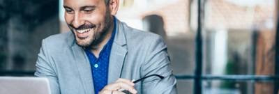 lachende man met baard met laptop-Werknemers
